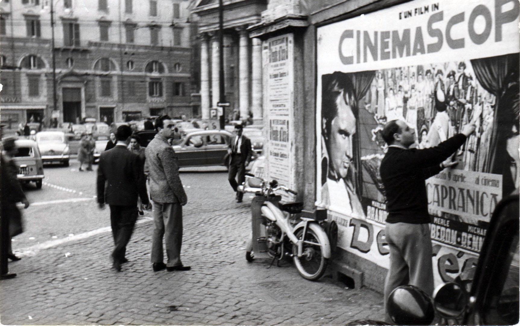 L'artista in Piazza del Popolo a Roma negli anni Cinquanta.