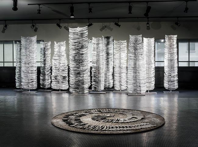 Franca Ghitti, Altri Alfabeti / Alberi Vela, 2003, ferro; in primo piano, Spirale, scarti di ferro e polvere di sfrido © Fabio Cattabiani
