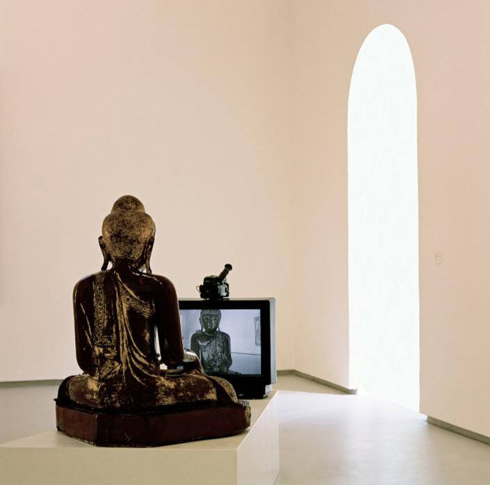 Nam June Paik, TV Buddha, 1985. Monitor, telecamera, scultura lignea dorata (esemplare unico). Collezione Pierluigi e Natalina Remotti. Fotografia © Paola Mattioli