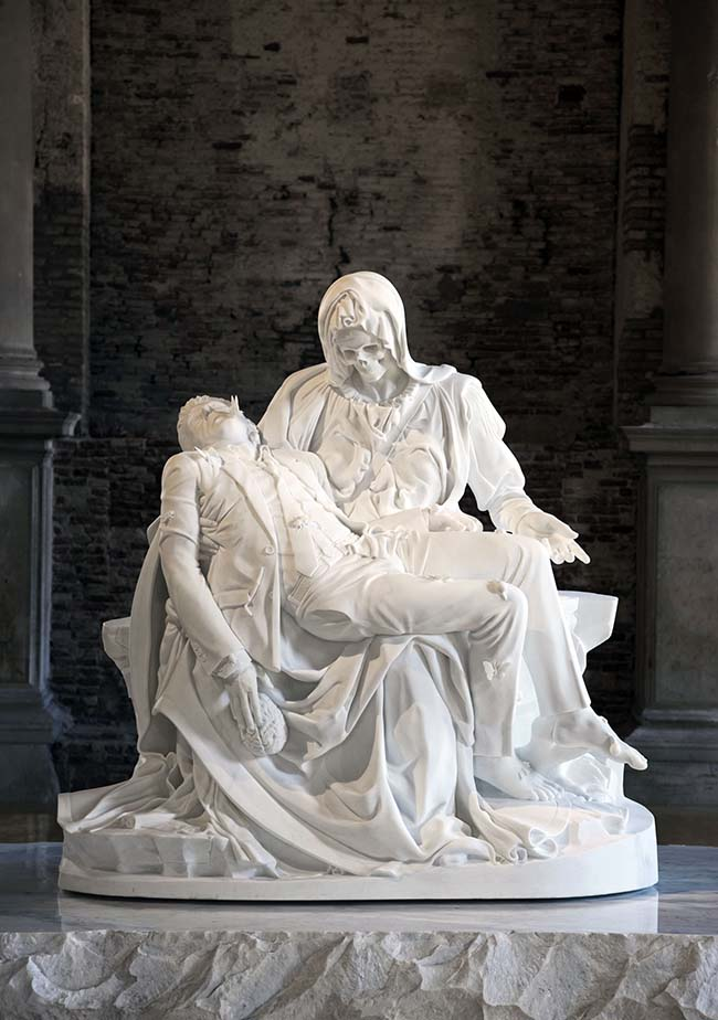 Jan Fabre, Merciful Dream (Pietà V), 2011, marmo di carrara, 190 x 195 x 110 cm, foto Pat Verbruggen, Collezione privata, Copyright Angelos bvba