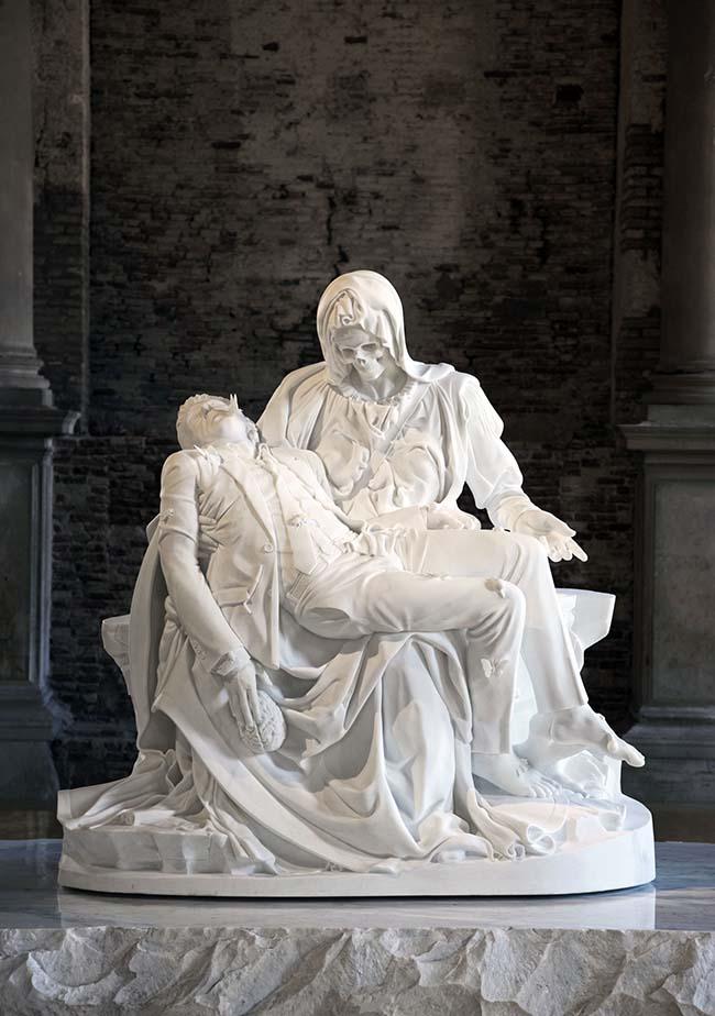 Jan Fabre, Merciful Dream (Pietà V), 2011, marmo di carrara, 190 x 195 x 110 cm, foto Pat Verbruggen, Collezione privata, Copyright Angelos bvba