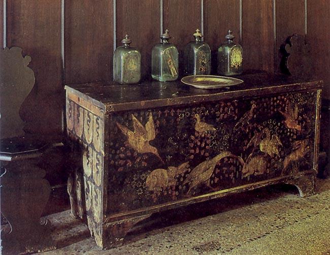 Cassone nuziale, XV secolo, Lonato, Casa del Podestà. Nel frontale vediamo nettamente l'attacco posto dai volatili alle lepri lussuriose