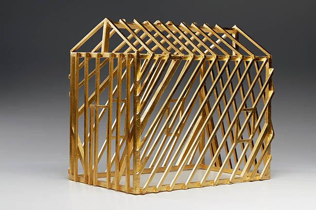 Willy Verginer, la casa degli altri,2014, tiglio, foglie d'oro zecchino, 36x26x38cm (2)