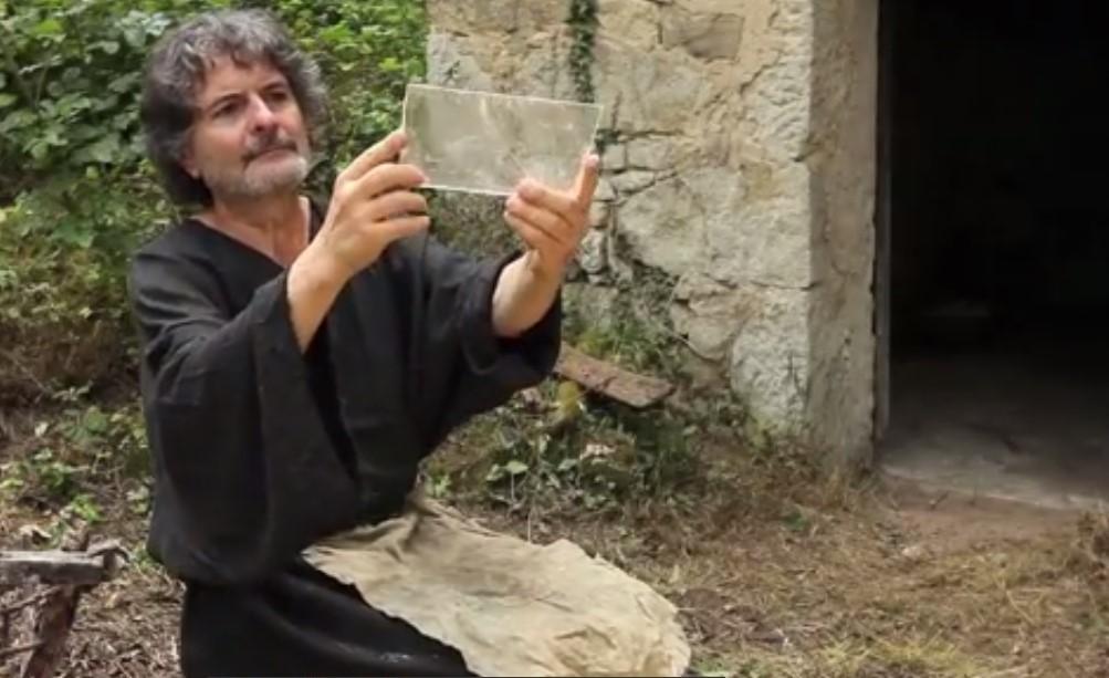 """Una lastrina recuperata dalla cava di gesso e di lapis specularis è stata lavorata ricavando un reettangolo che consentirà di montarla accanto ad altre la lastre per realizzare un arcaica finestra di """"vetro di pietra"""""""