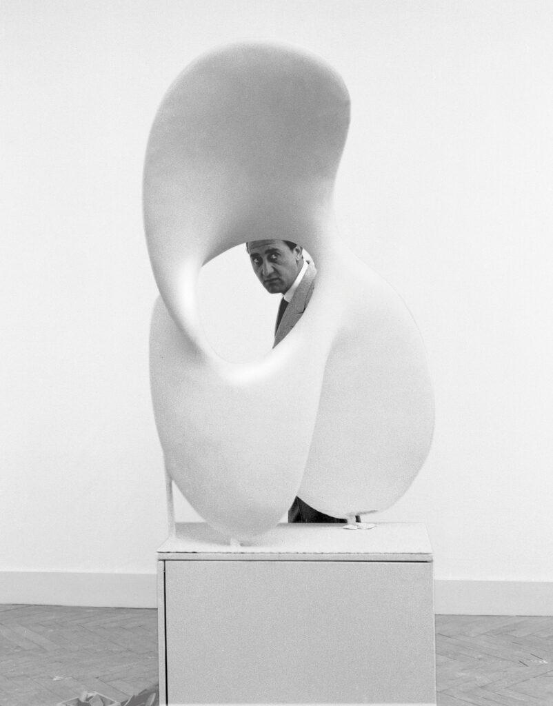 """Alberto Sordi in un fotogramma del film """"Le vacanze intelligenti"""", nel quale appare lo sconcerto del grande pubblico al cospetto dell'arte contemporanea"""