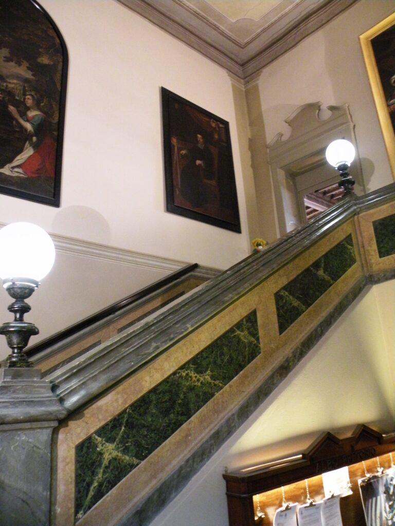 Lo scalone d'accesso alla sala di palazzo Sforza Colonna, a Caravaggio