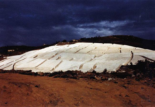 Alberto Burri: Lavori in corso al Cretto di Gibellina, 1988 (Foto Vittorugo Contino)