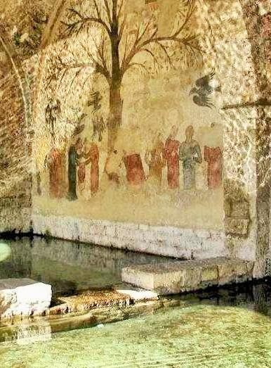 L'edificio, coperto, che protegge le vasche d'acqua. E' visibile, sul fondo, il dipinto murale