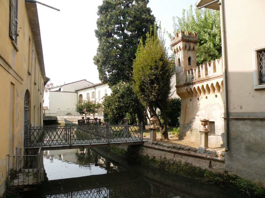 La zona in cui risiedevano i Merisi, famiglia di impresari edili e di muratori (il papà di Michelangelo aveva una micro-impresa e lavorava a Milano). In questa zona del paese sorgeva l'osteria del nonno paterno del pittore. Il papà e il nonno Merisi morirono presto e Caravaggio preferì sempre la linea materna