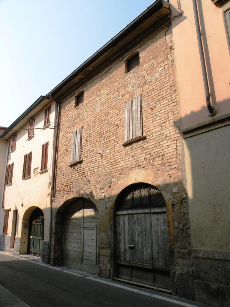 """Simone Peterzano stipulò un contratto con la madre di Merisi. Caravaggio non entrò a bottega come """"garzone alla pari"""", ma come un vero e proprio allievo, che pagava una retta ingente. Per sostenere le spese - 1583-1588 - Lucia Aratori vendette una casa come questa, nel centro del paese"""