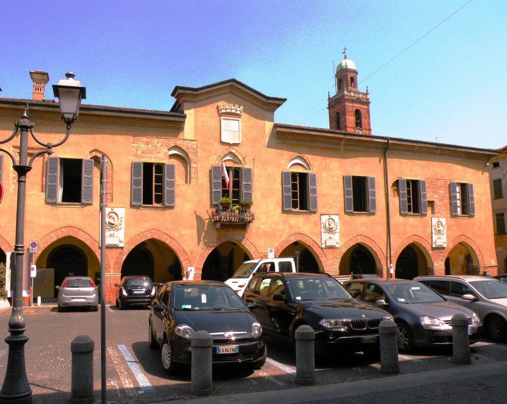Il palazzo degli Sforza Colonna nel centro del paese di Caravaggio. Qui risiedeva Costanza Colonna, protettrice del pittore. L'edificio venne realizzato dopo l'infeudazione di questo ramo degli Sforza, unendo l'antica sede del Comune (alla nostra sinistra) a Palazzo Aratori, che apparteneva a un prozio e poi al nonno materno di Michelangelo Merisi
