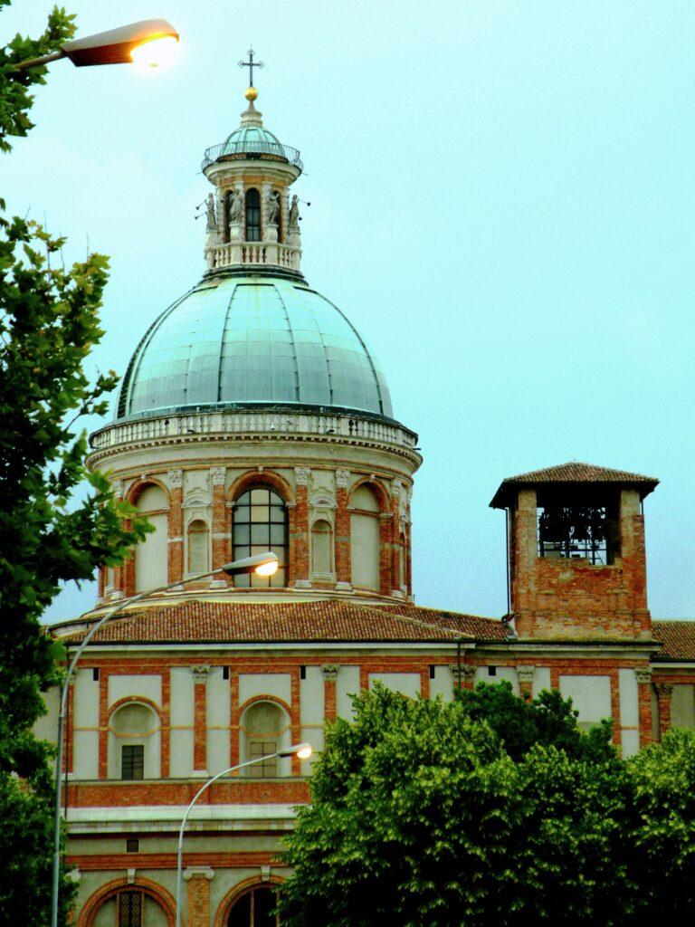 La cupola della basilica mariana e l'originaria cella campanaria - inglobata nel nuovo edificio, che fu un cantiere per tutto il periodo di permanenza di Michelangelo Merisi, a Caravaggio - della chiesa edificata negli anni successivi alla apparizione mariana