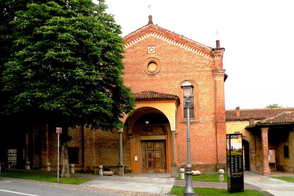 La chiesa francescana, situata tra il paese e il noto santuario mariano di Caravaggio