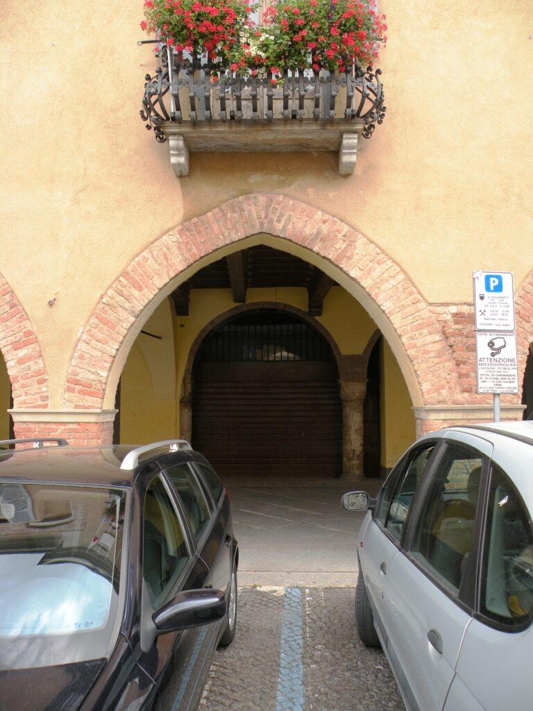 L'arco gotico, antico accesso al palazzo della famiglia materna di Caravaggio
