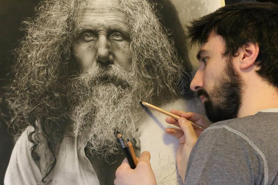 L'artista Emanuele Dascanio durante la realizzazione di una delle sue opere