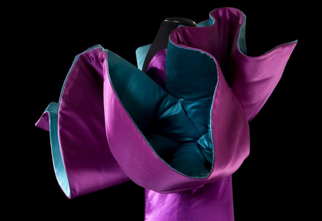 3-Abito-scultura-raso-viola-volant-Foto-Claudia-Primangeli-Copia