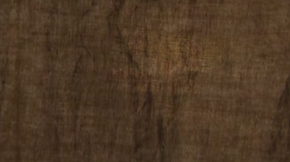 Come si dipingeva nel Cinquecento e nel Seicento. Come si dipingeva nel Rinascimento. Le tecniche del passato,le tecniche dei falsari di quadri.  La tela è uno degli indicatori - pur non essendo considerabile come prova assoluta di datazione - dell'epoca del quadro. Nel Cinquecento e nel Seicento appaiono con trame in crescita di dimensioni e con evidenti irregolarità. Nell'Ottocento, la tela usata è invece quasi sempre di trama finissima e molto regolare, grazie allo sviluppo dei telai meccanici e alla diversa qualità dei filati. La tela molto fine consente di ottenere una pittura liscia, simile a quella ottenuta su una tavola. La tela che vediamo è una buona imitazione delle tele cinquecentesche