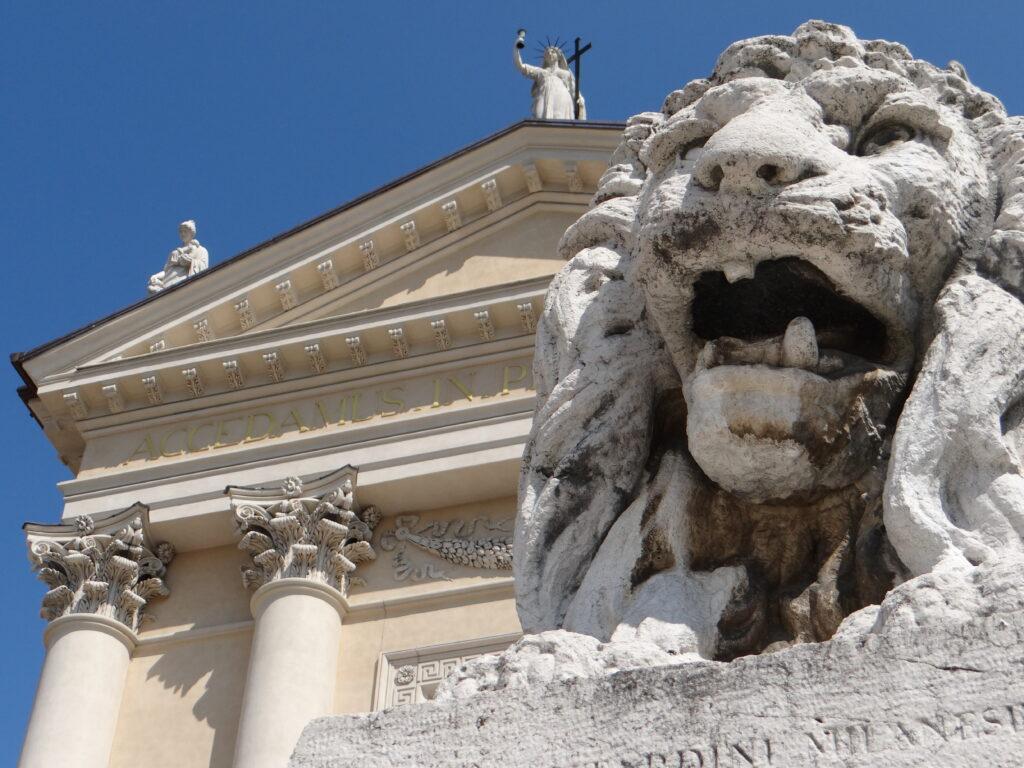 Uno dei due leoni di Giuda scolpito da Antonio Tantardini (1829-1879) per la chiesa parrocchiale di Gussago, in provincia di Brescia