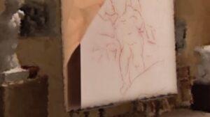 """Secondo la tecnica tradizionale, il cartone veniva appoggiato alla tela asciutta, dopo le operazioni di imprimitura della stessa, e si passava al cosiddetto spolvero, un termine non perfettamente corretto nella pittura di cavalletto. Era uso infatti """"spugnare il cartone"""" con un liquido colorato o con un colore piuttosto diluito, che penetrava nei piccoli fori del cartone, trasferendosi sulla tela, creando i primi ingombri. Nella foto e nel video, vediamo questa operazione, con il sollevamento del cartone dalla tela e il disegno di massima riportato"""