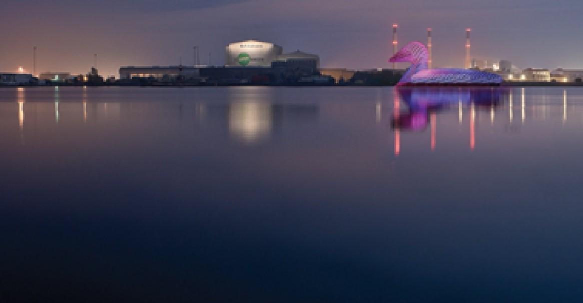 L'anatra ecologica virtualmente collocata in un porto.La grande scultura produce energia, luce ed è un elemento di attrazione turistica