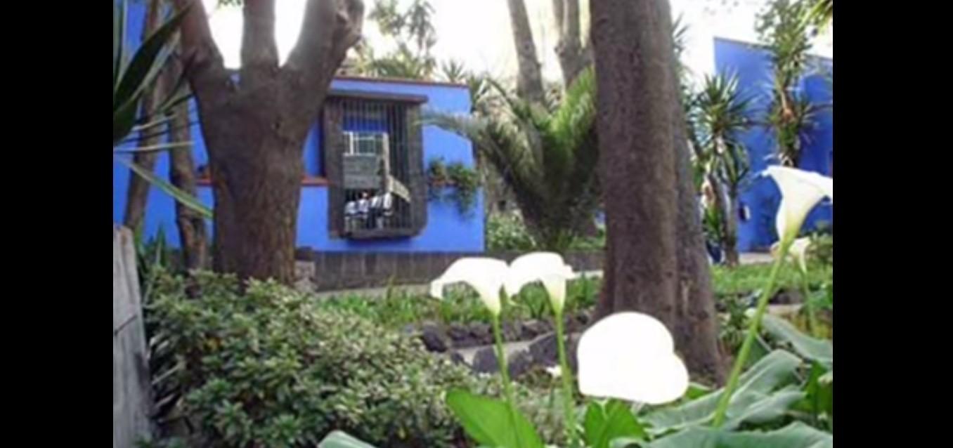 La casa azzurra di Frida Kahlo. Questo colore fu forse scelto perché leculture pre-colombiane e le  credenze sopravvissute ritenevano questo colore un ottimo strumento per tenere lontani gli spiriti maligni. Frida aveva attinto al folklore e alleimmagini provenienti dal passato, per realizzare la sua arte popolare