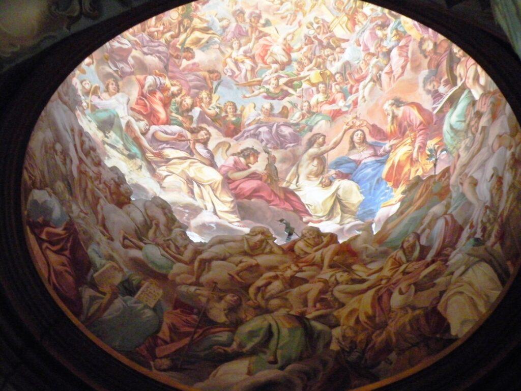 La suggestiva cupola del santuario del Varallino. L'effetto di grande profondità è ottenuto con la sagomatura di materiale in primo piano (la parte più scura) mentre gli altri dipinti sono stesi sul muro della cupola