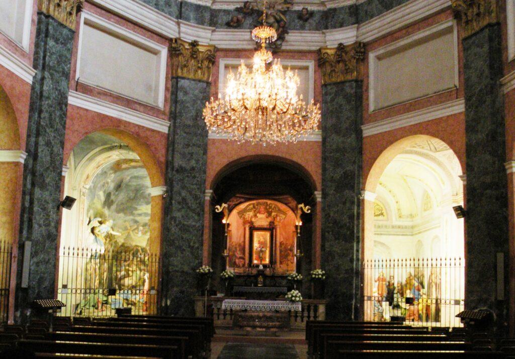 L'interno del santuario del Varallino. Nell'abside la Madonna miracolosa. L'edificio fu ampliato, grazie alla donazione della nobildonna romana