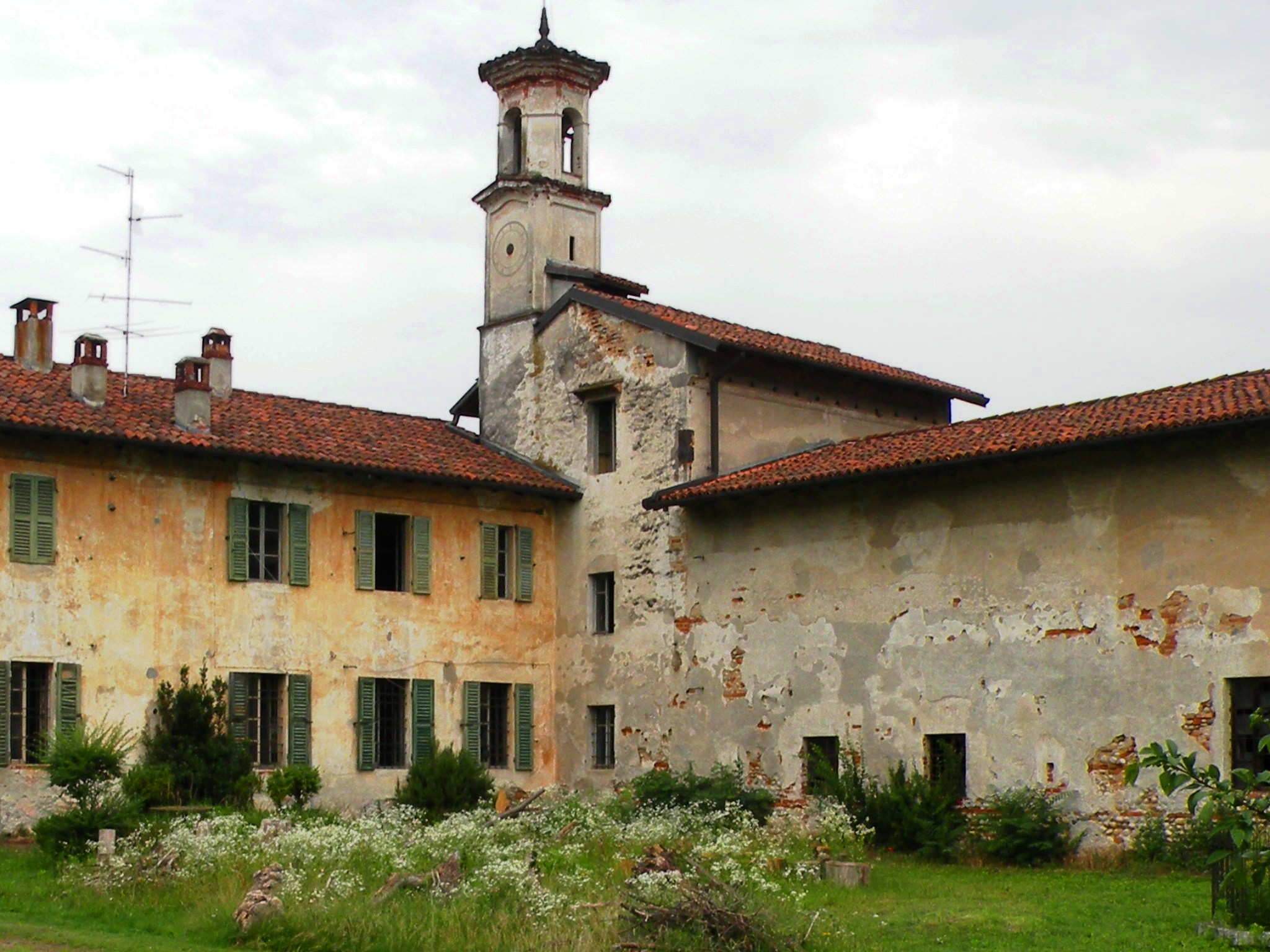 Uno scorcio di Villa Fortuna, nei pressi di Galliate, che fu proprietà di costanza Sforza Colonna, la protettrice di Michelangelo Merisi. L'edificio si trova in aperta campagna, sul ciglio di un dislivello boscoso dal quale si leva il costante canto delle acque in caduta
