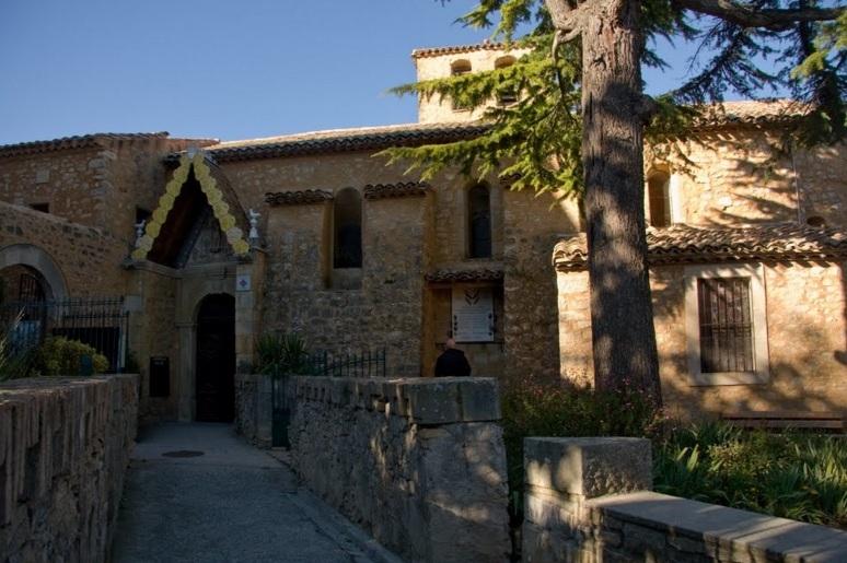 La chiesa di Rennes Le Chateau dove, secondo quanto fece intendere labate Sauniere, sarebbe stata trovata la pergamena con i nomi dei discendenti di Cristo e Maddalena