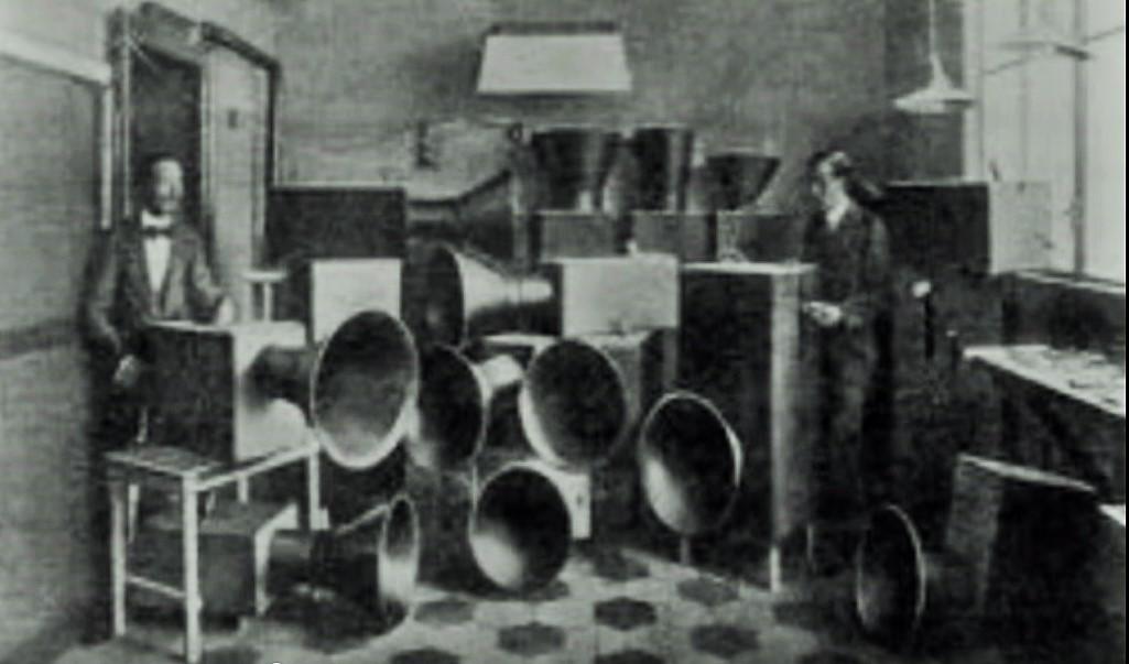 Luigi Russolo con Ugo Piatti nel laboratorio degli intonarumori a Milano