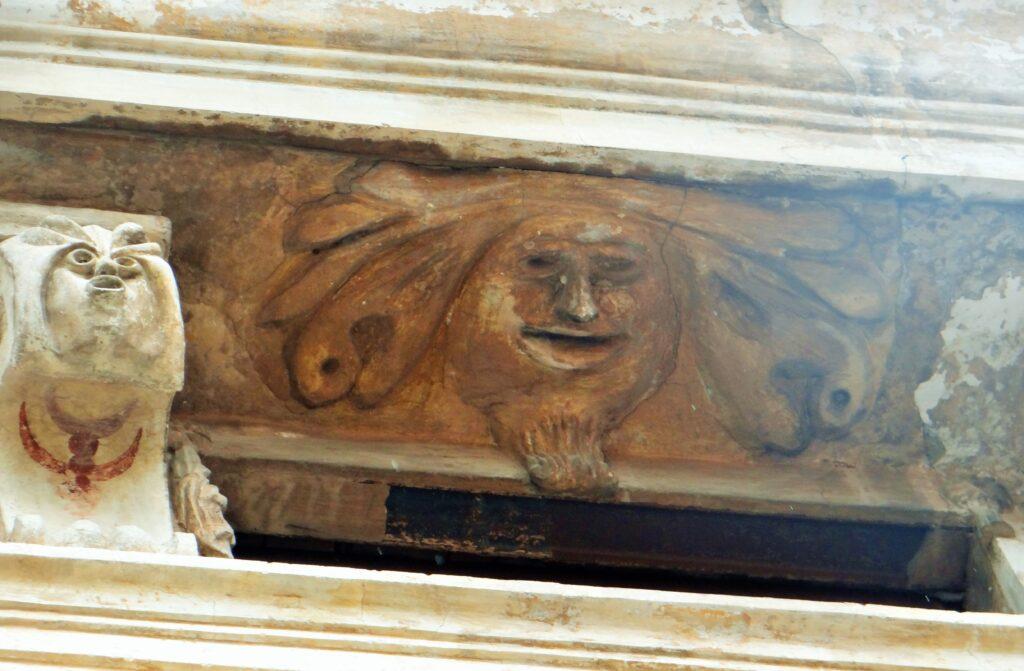 Anonimo plasticatore, Mascherone, stucco e tempera, Palazzo Mazzola già Pulusella