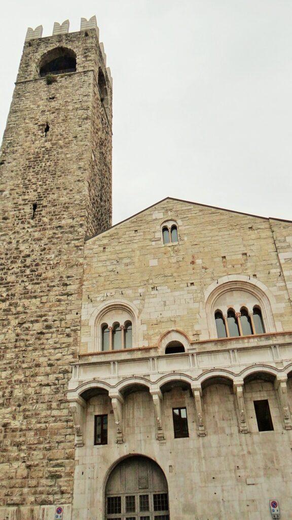 La Loggia delle grida che si affaccia dalla facciata della parte più antica del Broletto di Brescia, palazzo municipale del XIII secolo