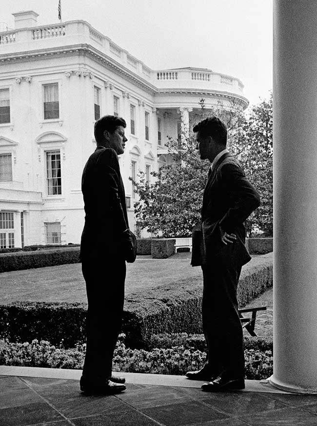 Il Presidente J.F. Kennedy con il fratello Robert F. Kennedy 1961_Copyright George Tames_The New York Times