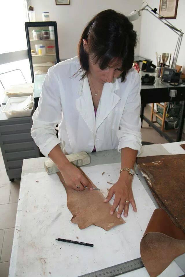 Il taglio della pelle per l'intervento sulla coperta del libro