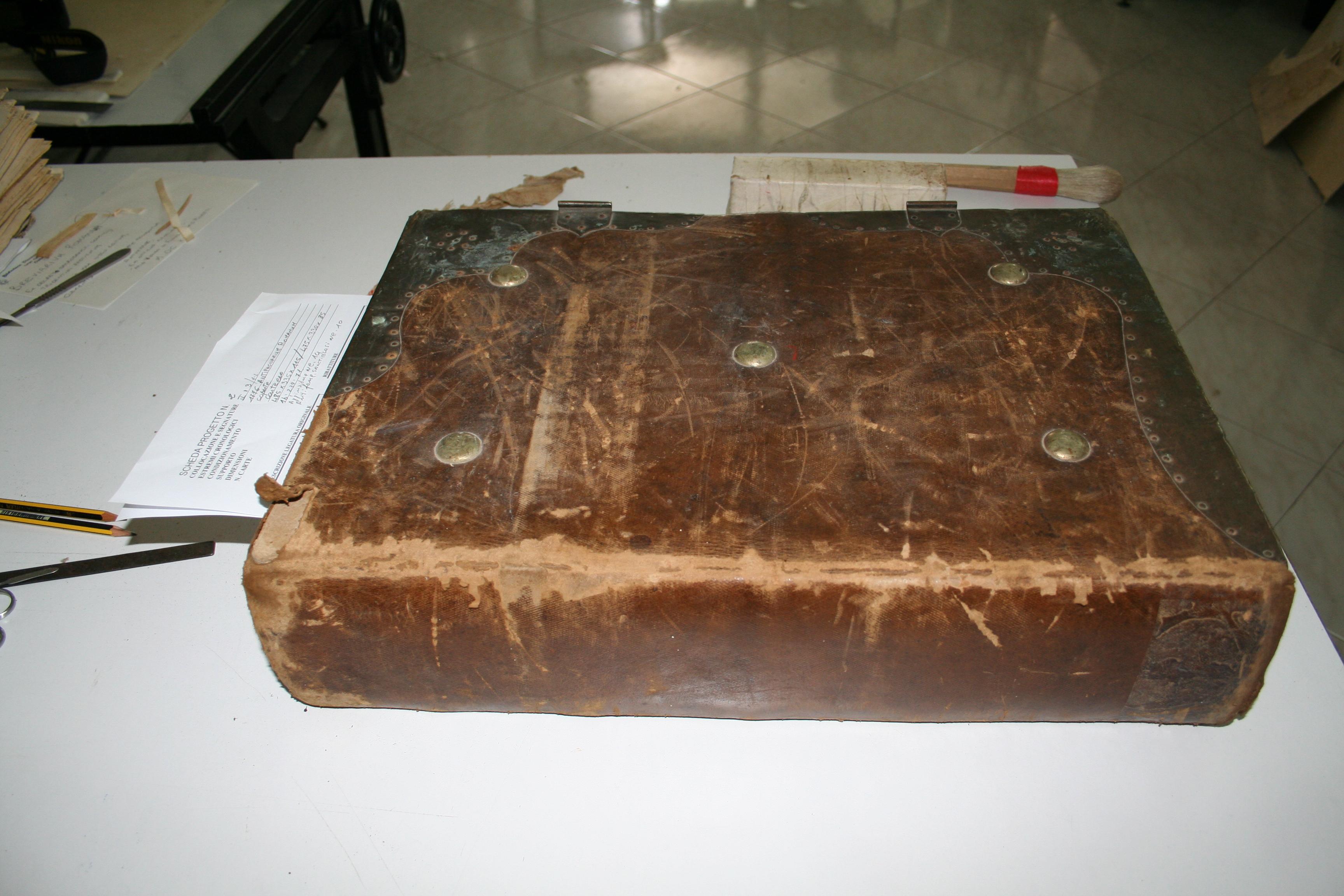 Libri antichi come si procede al restauro di un for Libri vendita