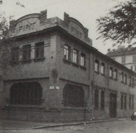 In una foto d'epoca, la facciata liberty del primo stabilimento della Fiat a Torino, progettato nel 1903 dall'architetto bresciano Alfredo Premoli. Oggi l'edificio è un loft