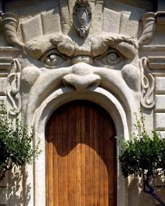 Portale della palazzina del pittore Federoco Zuccari, post 1590. L'artista che fu principe dell'Accademia di San Luca ai tempi di Caravaggio, si ispirò per questa casa, i cui accessi e le cui finestre sono bocche di mostri, al Bosco Sacro di Bomarzo