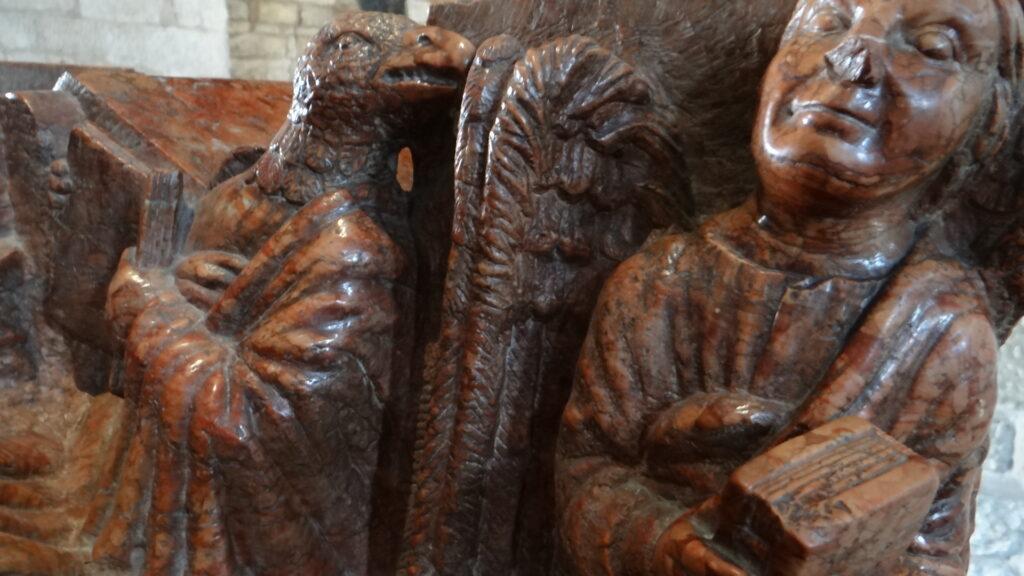 Gli evangelisti Giovanni (l'aquila) e Matteo (l'angelo) Particolare della Tomba di Berardo Maggi, inizio secolo XIV, èitra di Verona, Brescia ,Duomo Vecchio vecchio o Rotonda