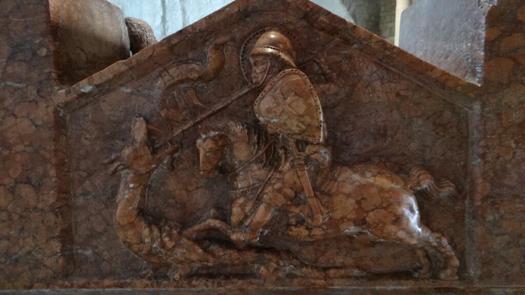 San Giorgio uccide il drago. Particolare della Tomba di Berardo Maggi, inizio secolo XIV, èitra di Verona, Brescia ,Duomo Vecchio vecchio o Rotonda