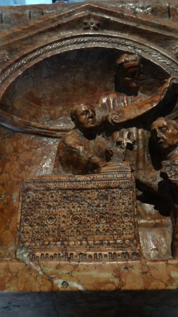 Il vescovo Berardo Maggi alla cattedra episcopale. Particolare della Tomba di Berardo Maggi, inizio secolo XIV, pietra di Verona, Brescia ,Duomo Vecchio vecchio o Rotonda