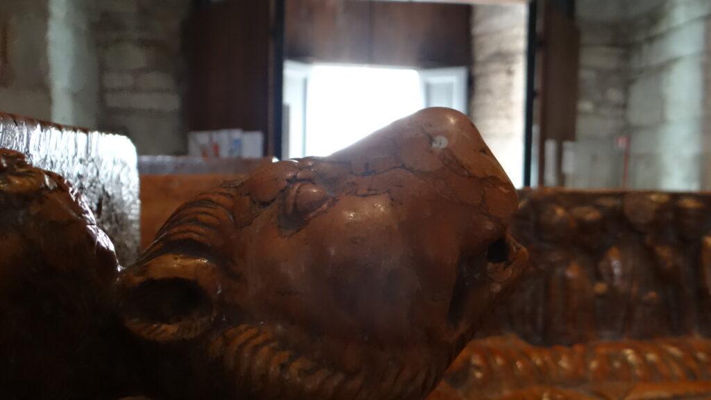 Il bue simbolo dell'evangelista Luca. Particolare della Tomba di Berardo Maggi, inizio secolo XIV, pietra di Verona, Brescia ,Duomo Vecchio vecchio o Rotonda