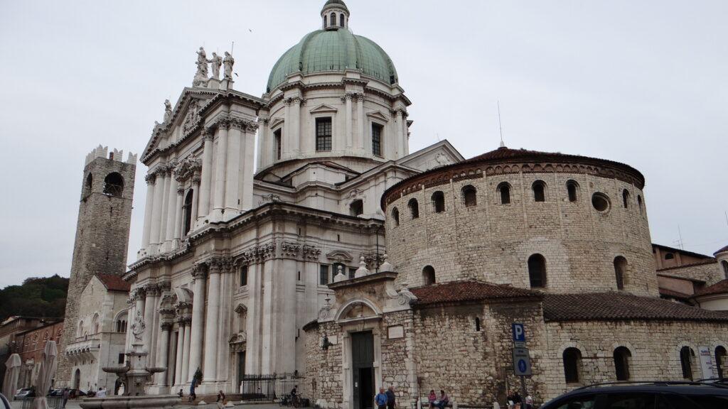 Brescia, Duomo Vecchio vecchio o Rotonda,in primo piano. Dietro: cattedrale o Duomo nuovo, Torre del Pégol  e Broletto, Piazza Paolo VI