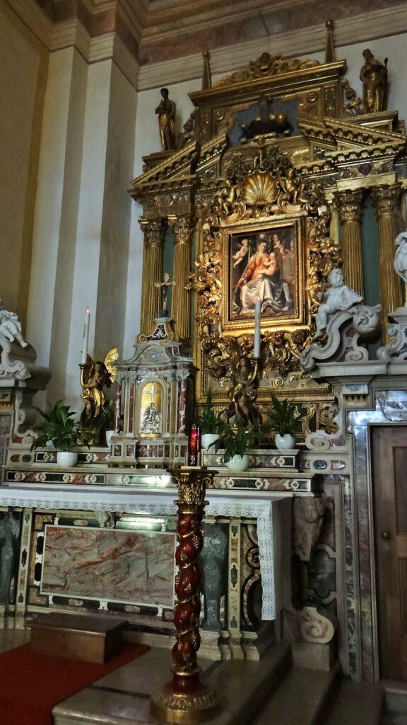 L'abside del santuario con il dipinto di Ronanino circondato da una soasa settecentesca