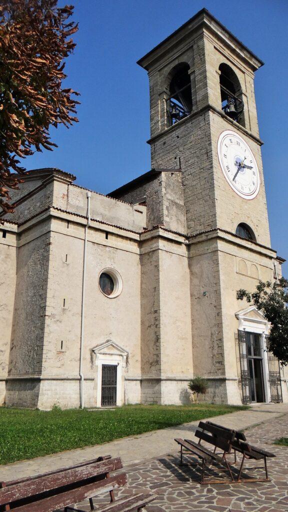 Il santuario caratterizzato da unimponente torre campanaria