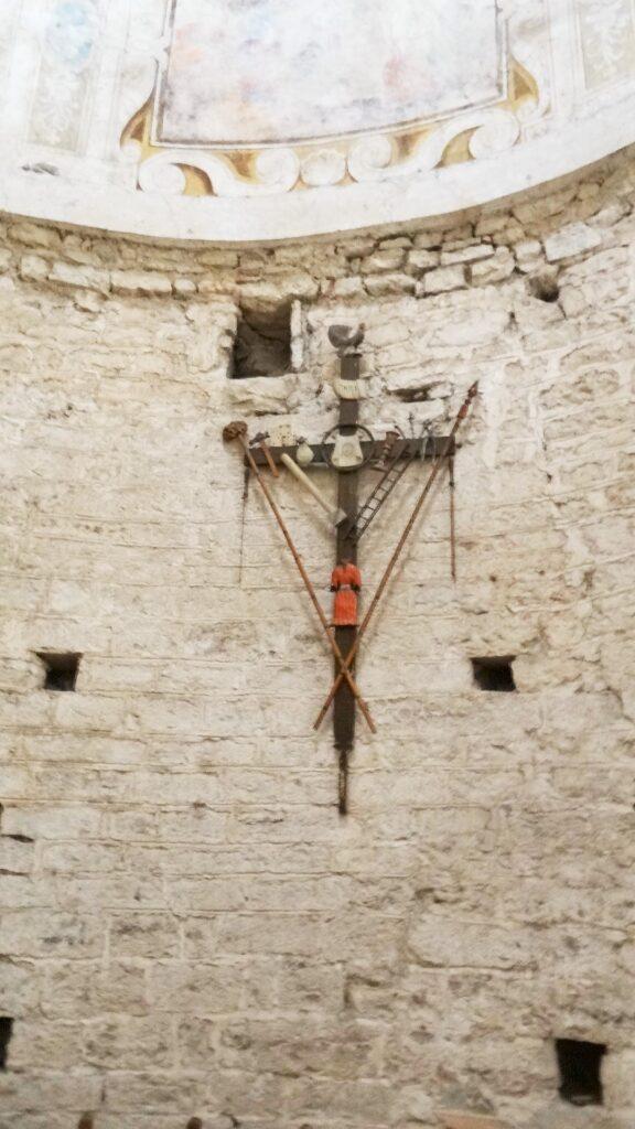 Croce lignea con gli strumenti della Passione. Rotonda del Santuario della Madonna di Valverde