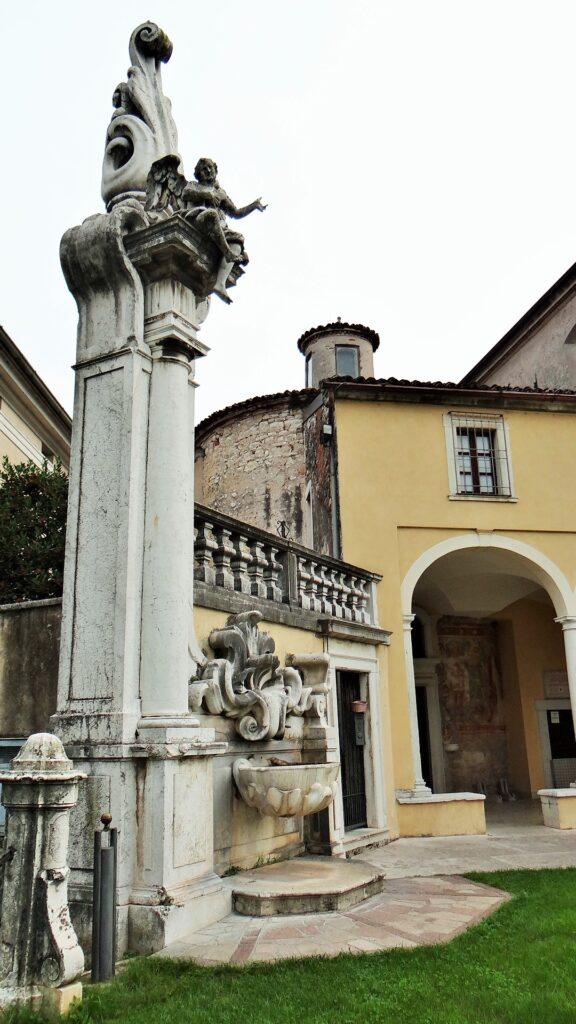 L'antica Rotonda del Santuario di Valverde. Dopo l'apparizione del 1399, la chiesetta fu al centro di un intenso culto penitenziale legato alla figura salvifica di Maria. Per questo l'edificio, incapace di contenere le folle, venne dotato di porticati e di un'ampia apertura che consentiva di assistere alle funzioni. Dopo la visita di San Carlo Borromeo, avvenuta, nel 1580, i rezzatesi presero a considerare la necessità dell'ampliamento del luogo di culto. La rotonda fu affiancata da un'ampia chiesa seicentesca. I due edifici sono collegati da una porta.