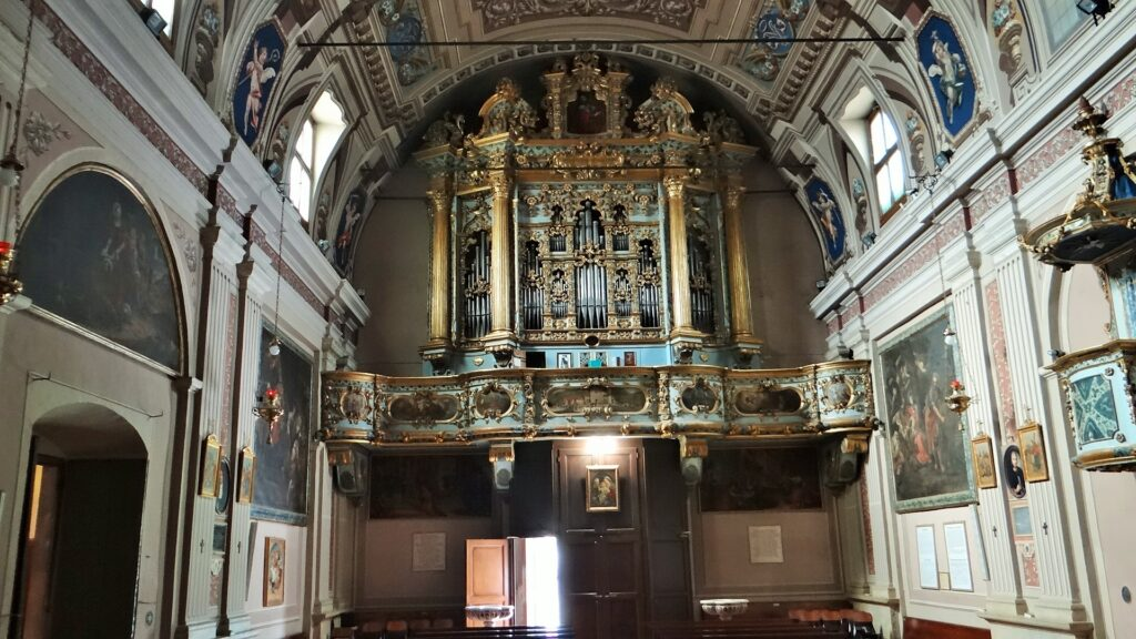 Controfacciata della chiesa del Santuario seicentesco di Valverde, cantoria e organo a trasmissione meccanica costruito da Giuseppe Bonatti nel 1713. Posto in cantoria, addossato alla controfacciata, sopra la porta di ingresso del santuario.