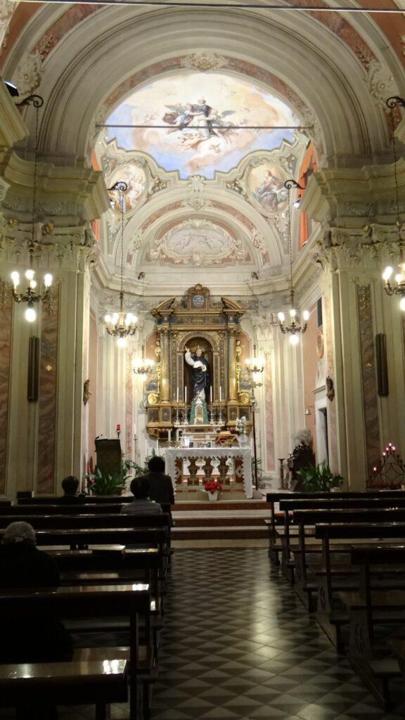 La navata della chiesa, il presbiterio con soasa settecentesca e statua di San Francesco Ferrer. Nel presibiterio affreschi settecenteschi. Sullla volta e sullle discendenti delll'aula, apparati decorativi del primo Novecento