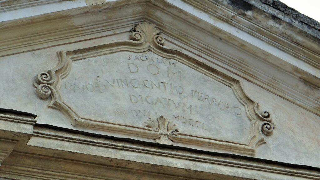 Epigrafe di dedicazione a San Vincenzo Ferrer e data di ultimazione dei lavori