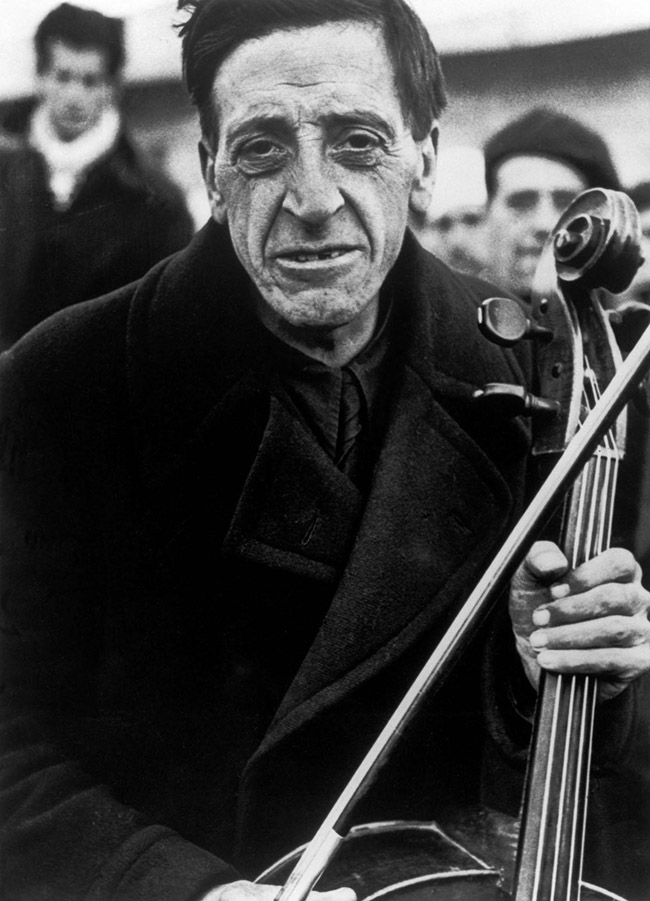 Ex membro della Barcelona Philharmonic al campo di concentramento per rifugiati spagnoli. Bram, France. Marzo1939. © Robert Capa / International Center of Photography / Magnum Photos
